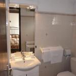 Salle de bain avec lavabo,